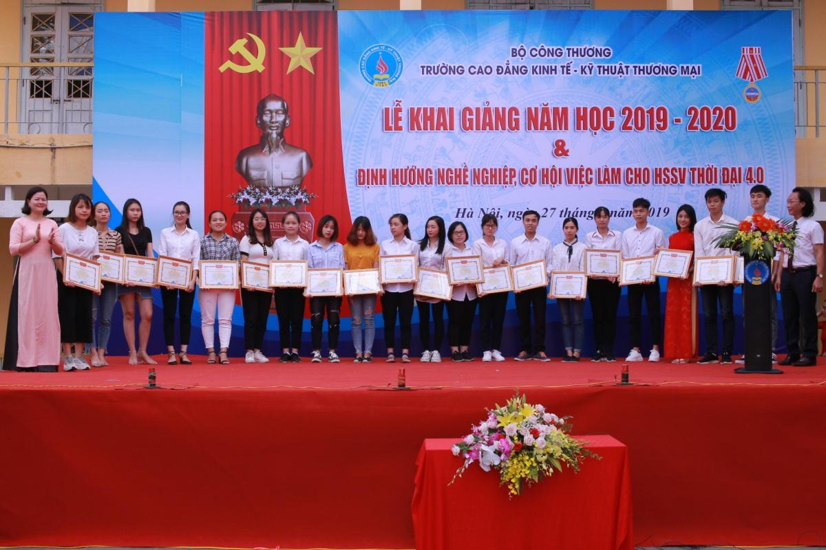 hoc sinh sv don nhan bang khen